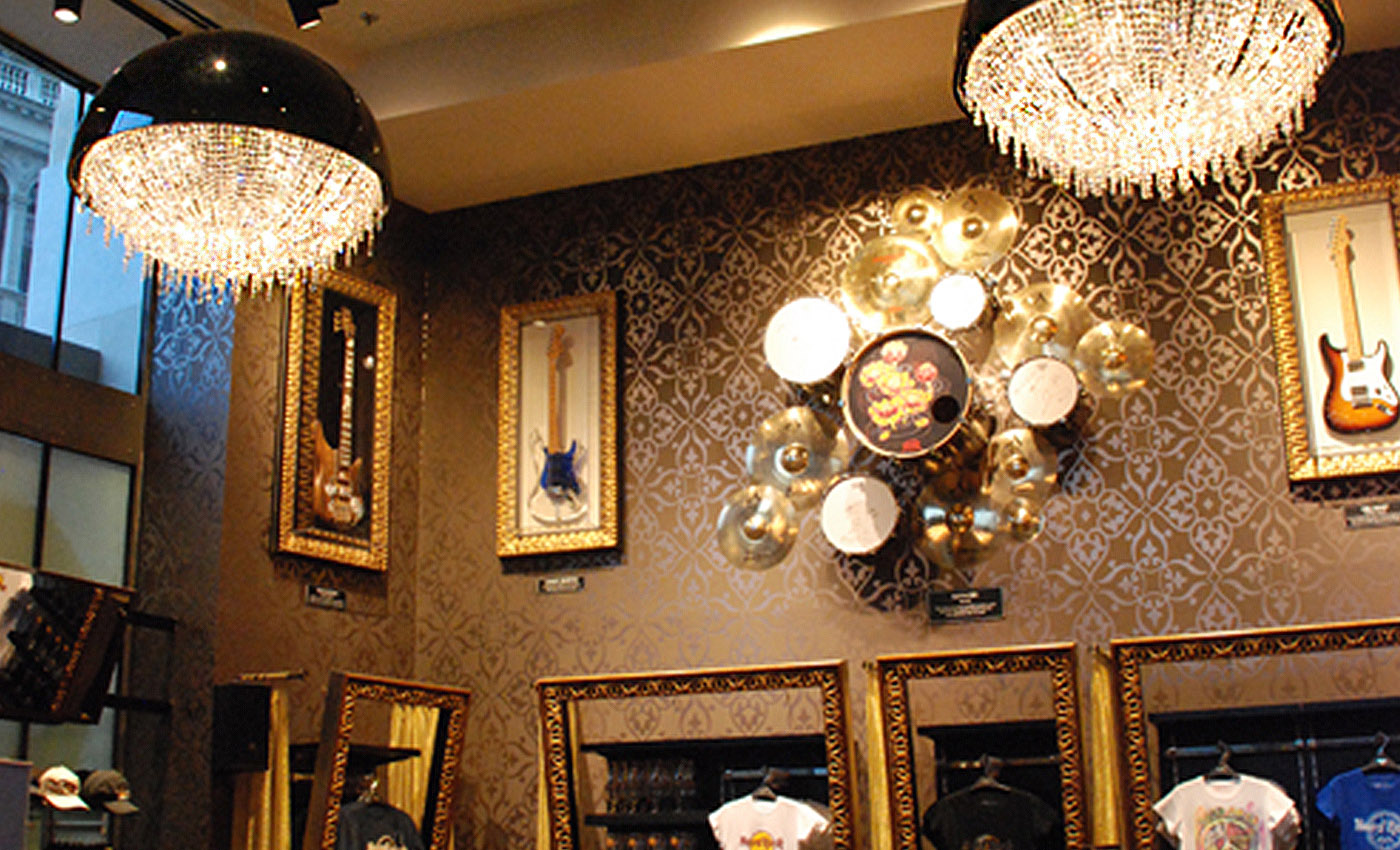 Hard Rock Cafe в Будапеште, Manooi Crystal Chandeliers